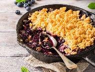 Рецепта Сладкиш крамбъл с бадемово брашно, боровинки, мед и кокосови стърготини